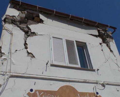 Edificio in Muratura - Via D'Aloisio Località la Rita – Casamicciola Terme Meccanismo di rottura relativo al punzonamento della muratura nelle zone di ancoraggio dei tiranti: post-evento