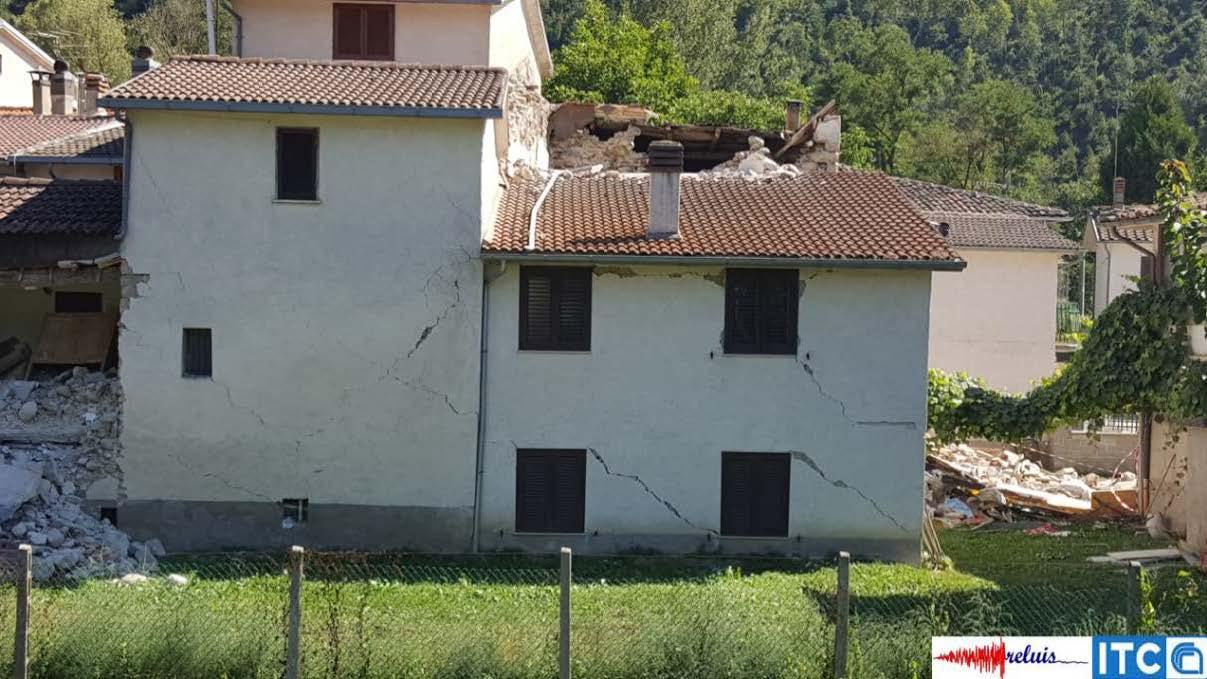 Ecco le prime immagini degli edifici danneggiati dal sisma for Costo della costruzione dell edificio