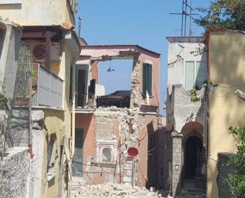 Edificio in Muratura - Via Ottringolo, Piazza Maio – Casamicciola Terme Ribaltamento di facciata : post-evento