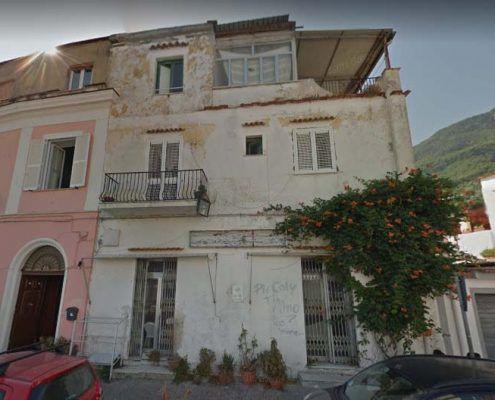 Edifici in Muratura - Via Spezieria, Piazza Maio – Casamicciola Terme Interazione tra edifici contigui: Google street view pre-evento