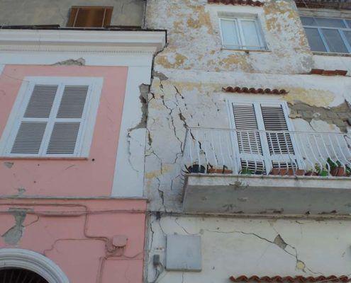 Edifici in Muratura - Via Spezieria, Piazza Maio – Casamicciola Terme Interazione tra edifici contigui: post-evento