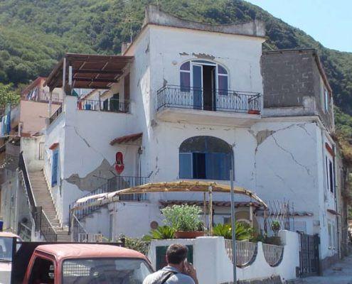 Edifici in Muratura - Via Montecito, Piazza Maio – Casamicciola Terme Lesioni nel piano della parete: post-evento