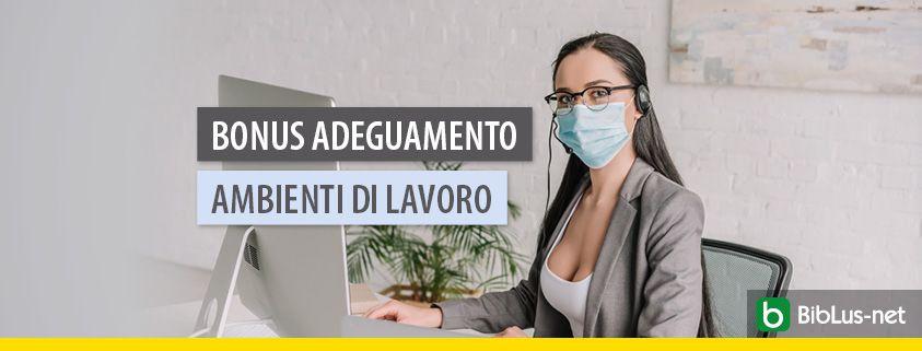 donna con mascherina al lavoro con pc